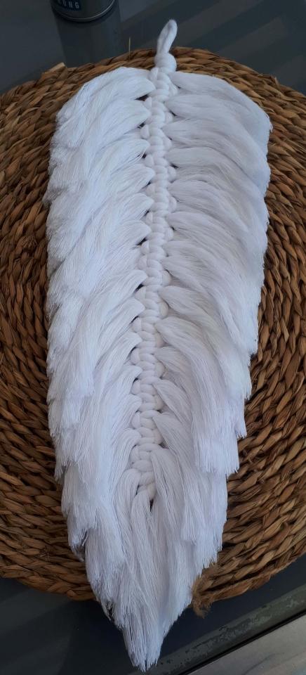 Veer gemaakt met 5mm Bobbiny garen. Wit.. Het is een enorme veer maar stevig en mooi!